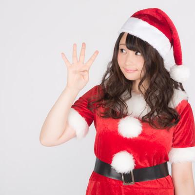 「メリクリまであと4日!女性サンタがお知らせ」の写真素材