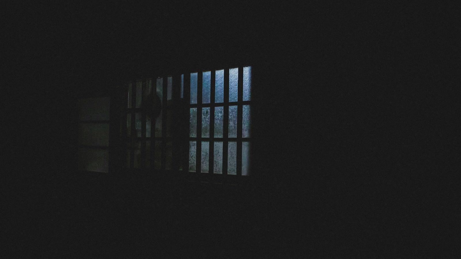 「深夜、眠らない隣人の窓明かり」の写真