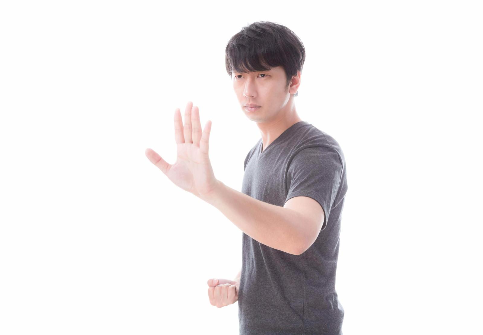 「左手で距離感を測り右手でとどめを刺す!」の写真[モデル:大川竜弥]