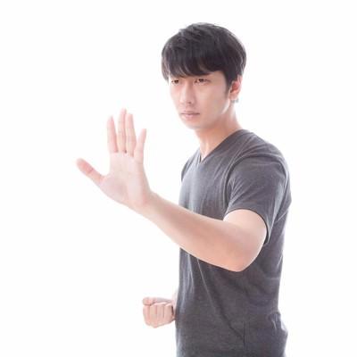 「左手で距離感を測り右手でとどめを刺す!」の写真素材