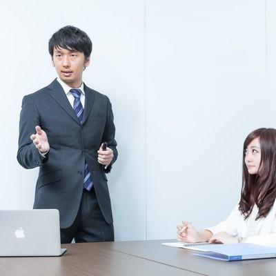 「プレゼン中の上司を見つめる恋するキラキラ広報」の写真素材