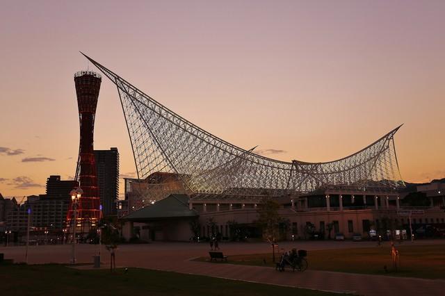 夕焼けに染まる神戸ポートタワーと神戸海洋博物館の写真