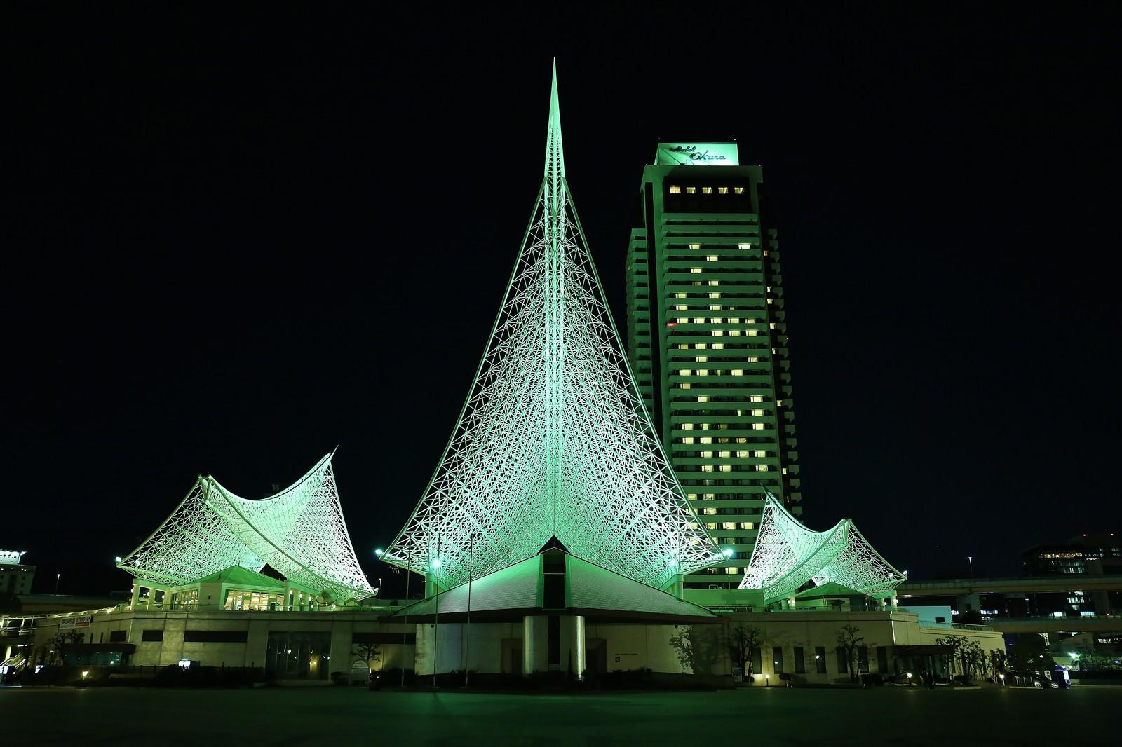 「夜の神戸海洋博物館とホテルオークラ神戸」の写真
