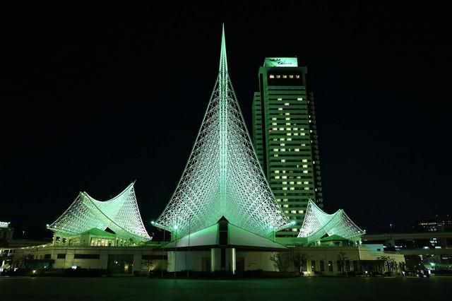 夜の神戸海洋博物館とホテルオークラ神戸の写真