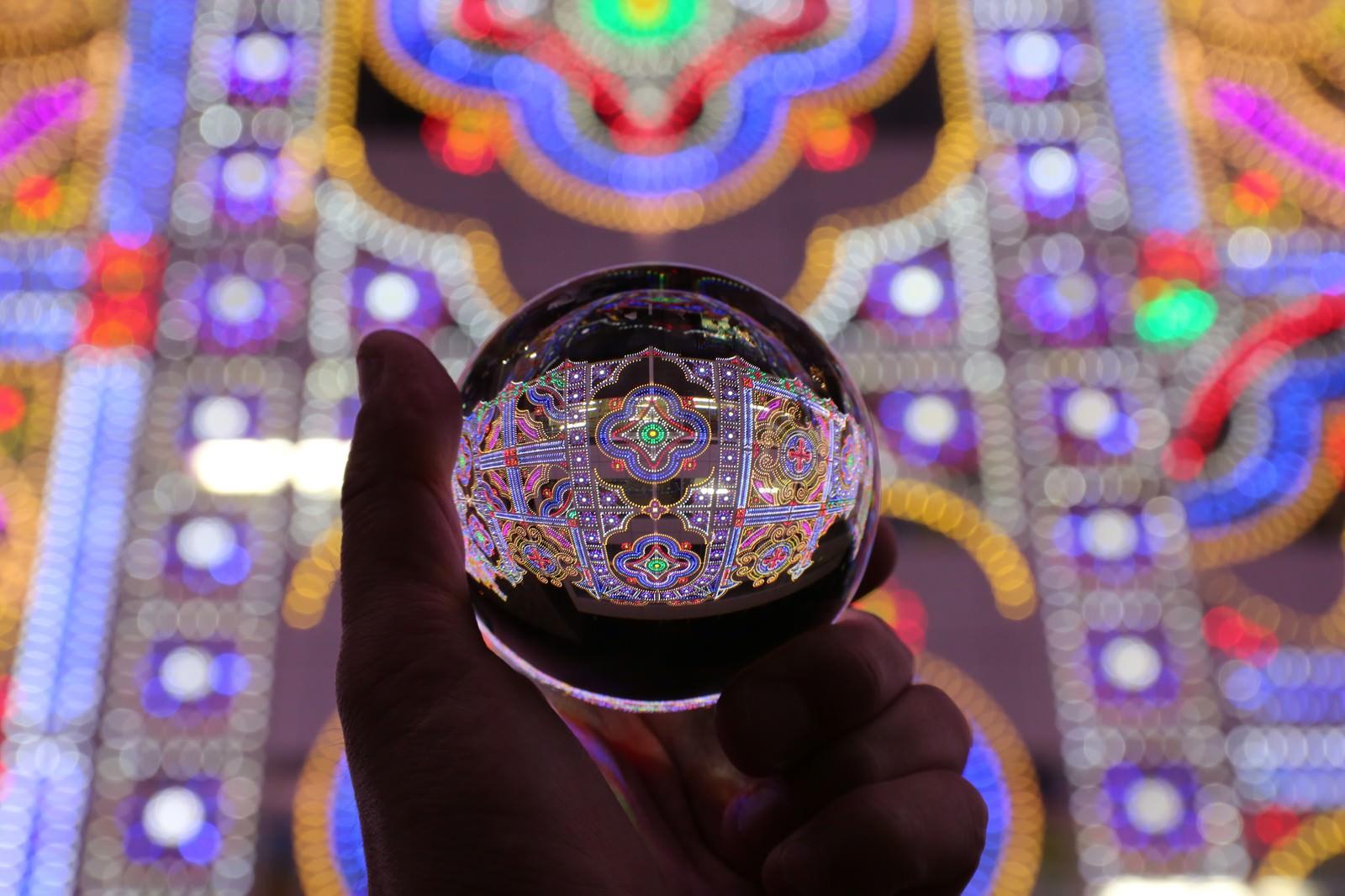 「水晶玉に灯るイルミネーション(神戸ルミナリエ)」の写真