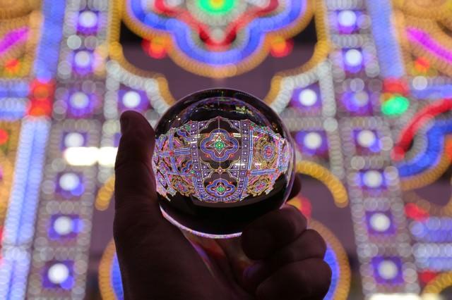 水晶玉に灯るイルミネーション(神戸ルミナリエ)の写真