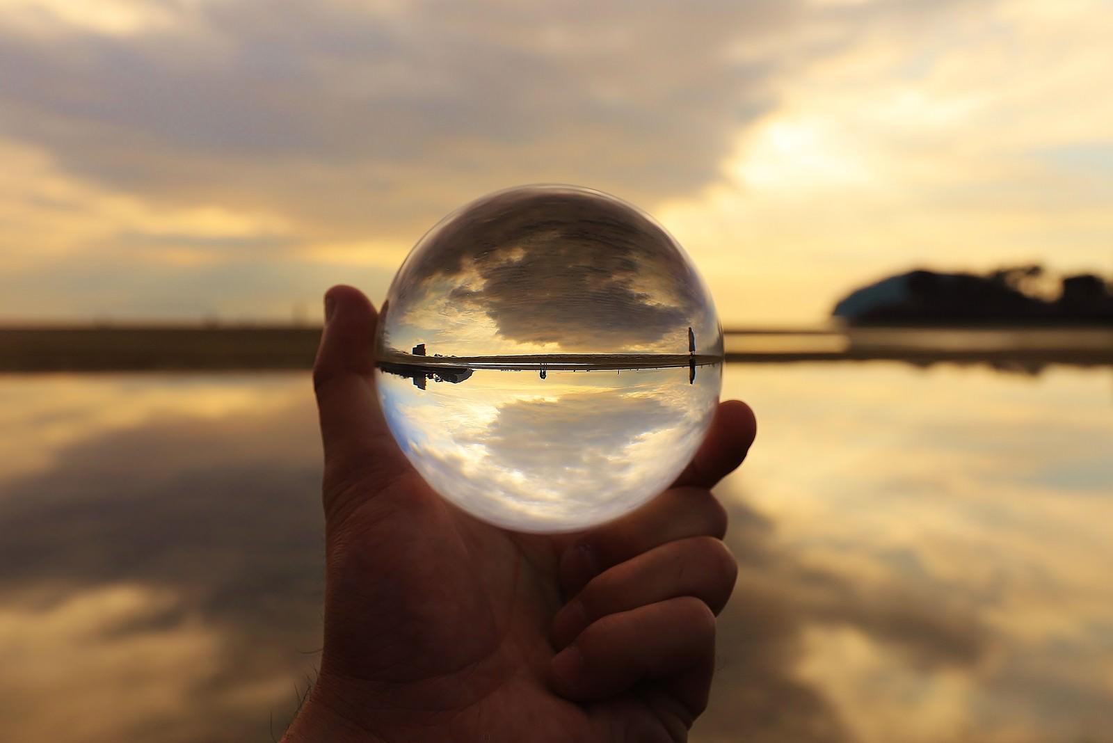 「海岸沿いの風景を閉じ込めたガラス玉」の写真