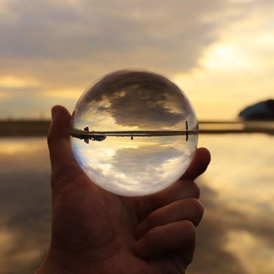 海岸沿いの風景を閉じ込めたガラス玉の写真