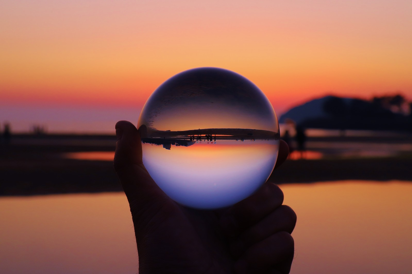 「水晶球の中で反転する日没の夕暮れ」の写真