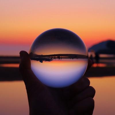 水晶球の中で反転する日没の夕暮れの写真