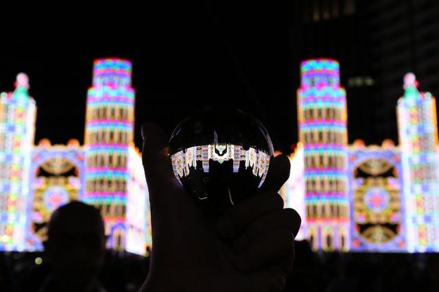 ガラス玉越しに見る神戸ルミナリエの写真