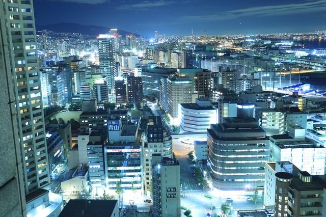 高層階から見えるビル群の夜景の写真