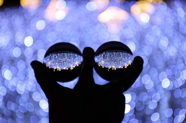 2つの水晶玉に写るイルミネーション(神戸ルミナリエ)の写真