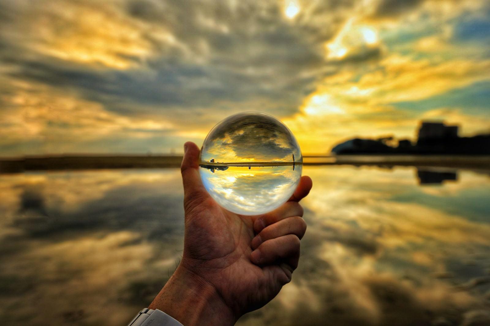 「ガラス玉の中の夕焼けと浜辺」の写真