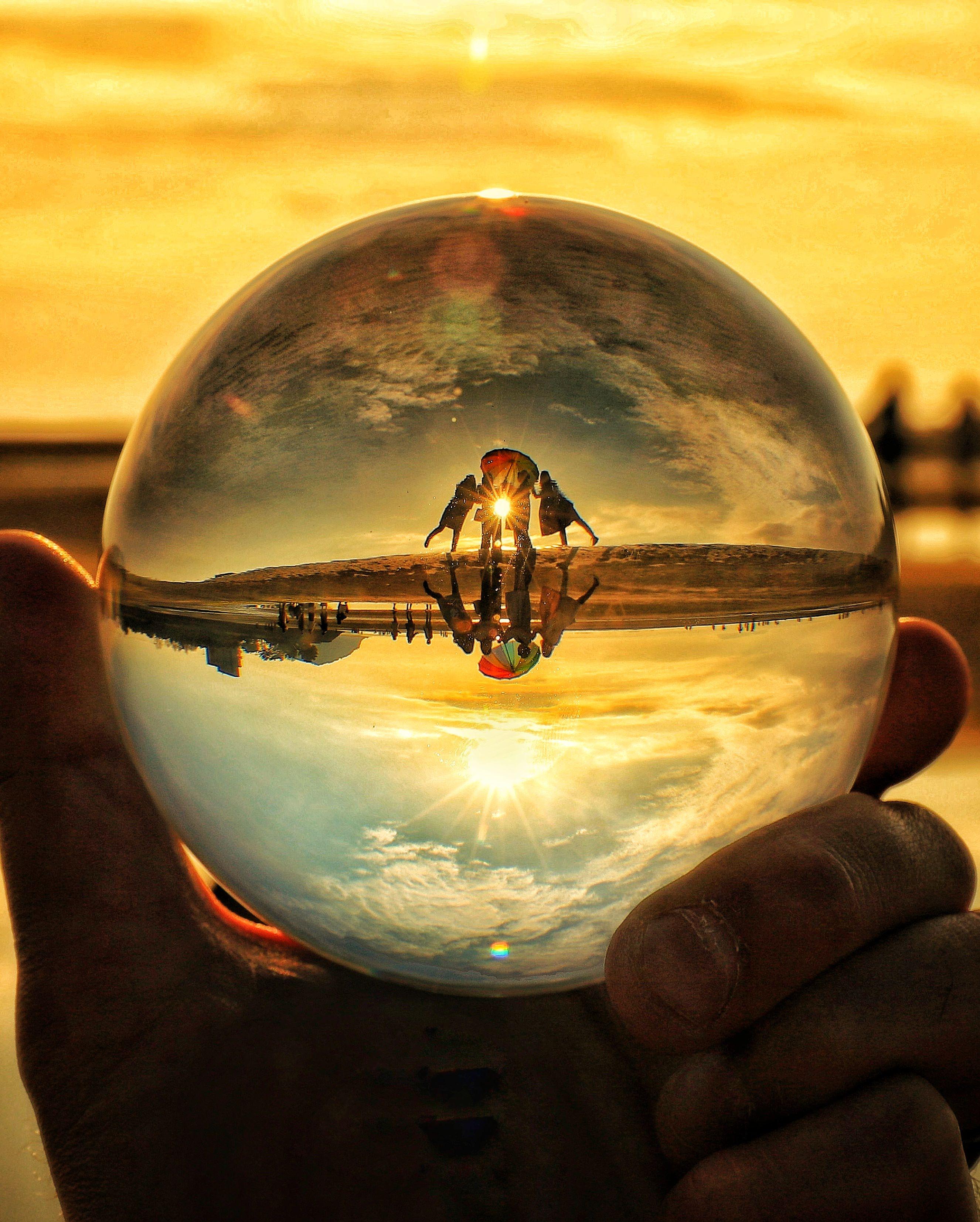 水晶球から覗く女子4人組の思い出の写真