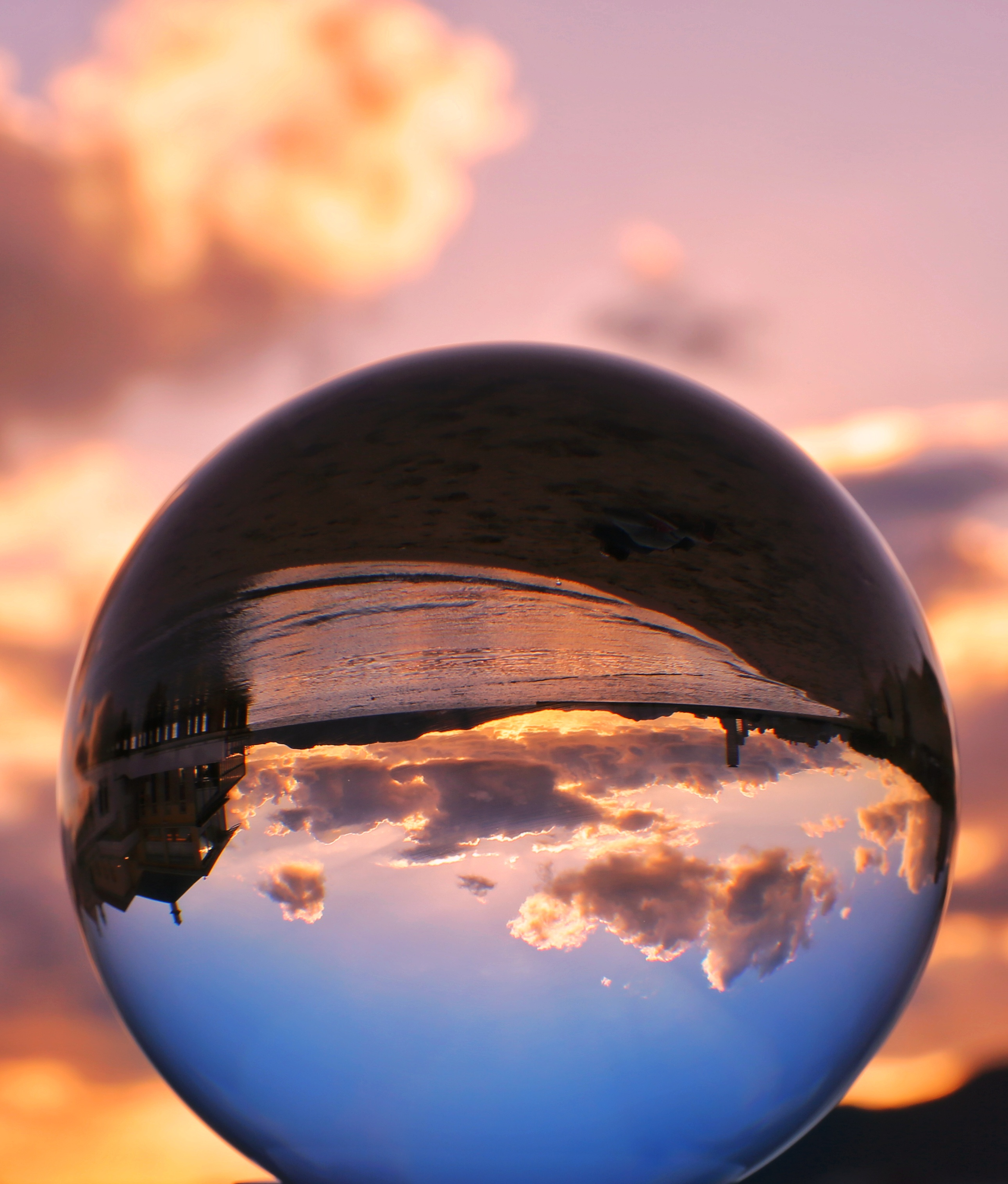 ガラス玉に詰め込んだ夏の海の写真