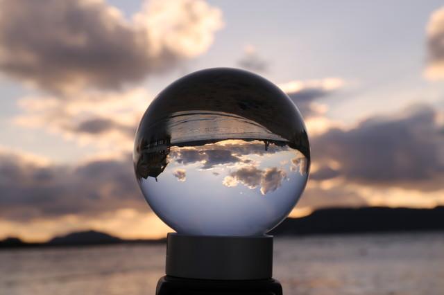 ガラス玉の中の静寂な海の写真