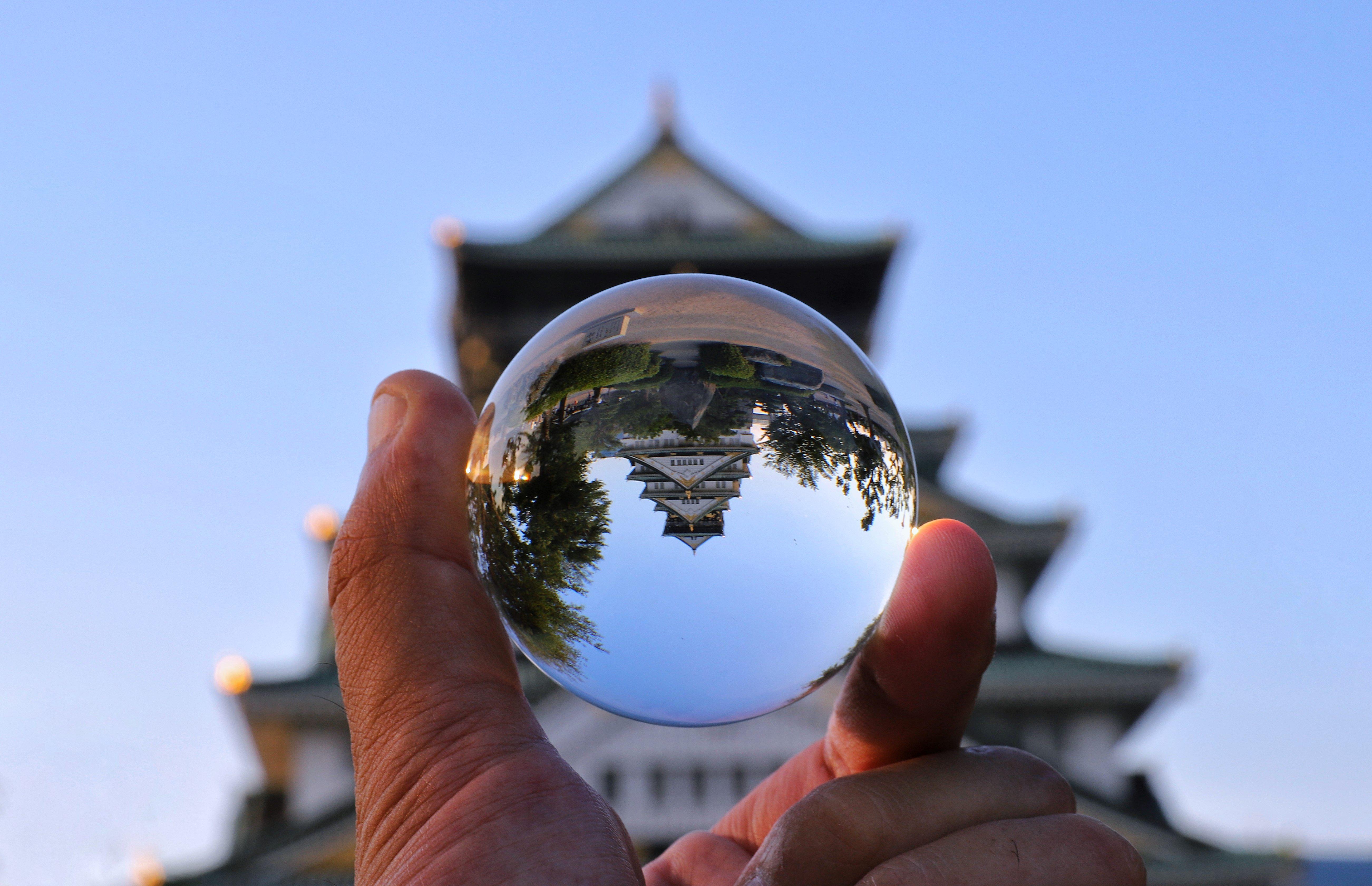 水晶球越しに見る城跡の写真