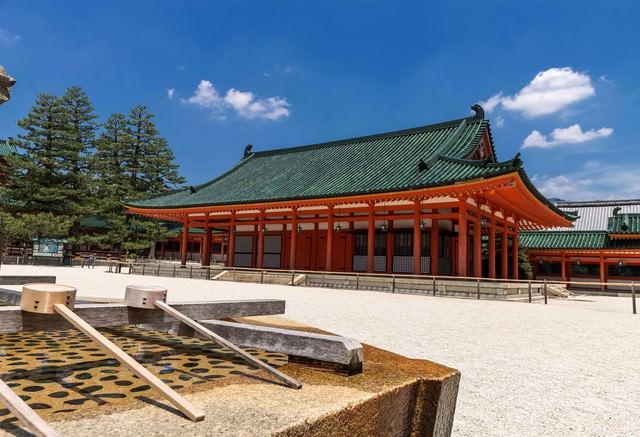 平安神宮と手水の写真