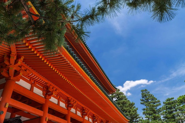 平安神宮と松の写真