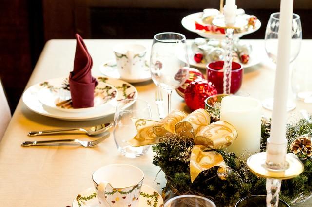 「クリスマス用のテーブルセット」のフリー写真素材