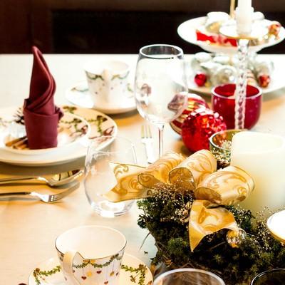 「クリスマス用のテーブルセット」の写真素材