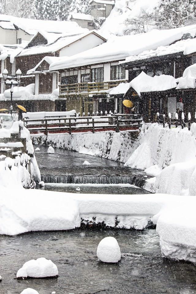 雪が積もる銀山温泉街の写真