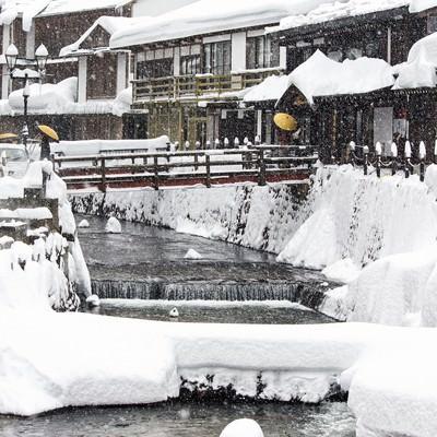 「雪が積もる銀山温泉街」の写真素材