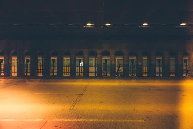 「不気味な明かりのガード下」のフリー写真素材