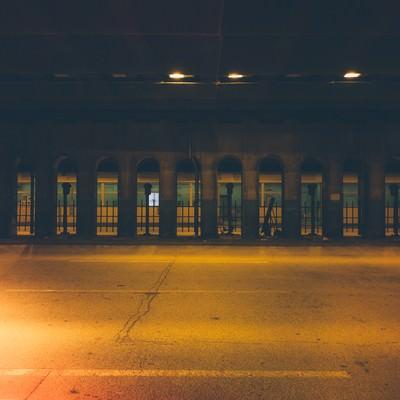 「不気味な明かりのガード下」の写真素材