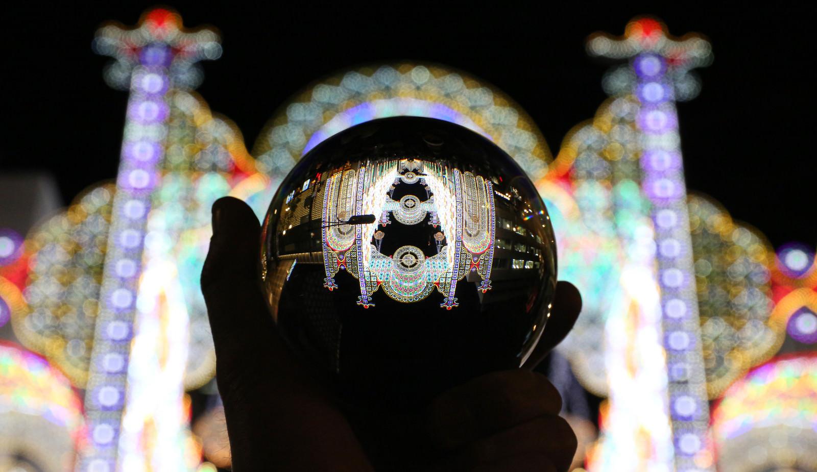 「水晶玉越しに見るイルミネーション」の写真