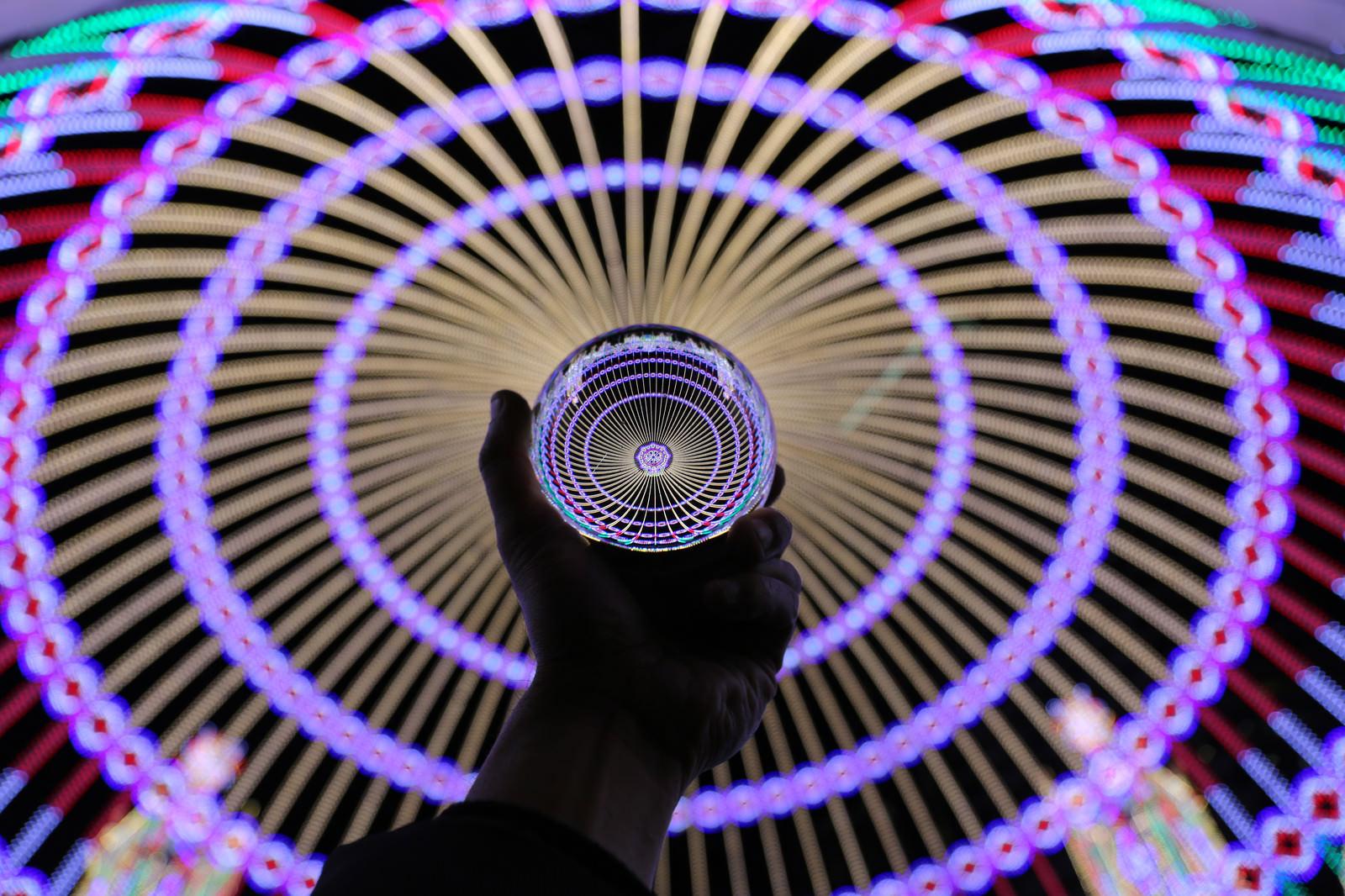 「水晶玉から広がるイルミネーションの輪」の写真
