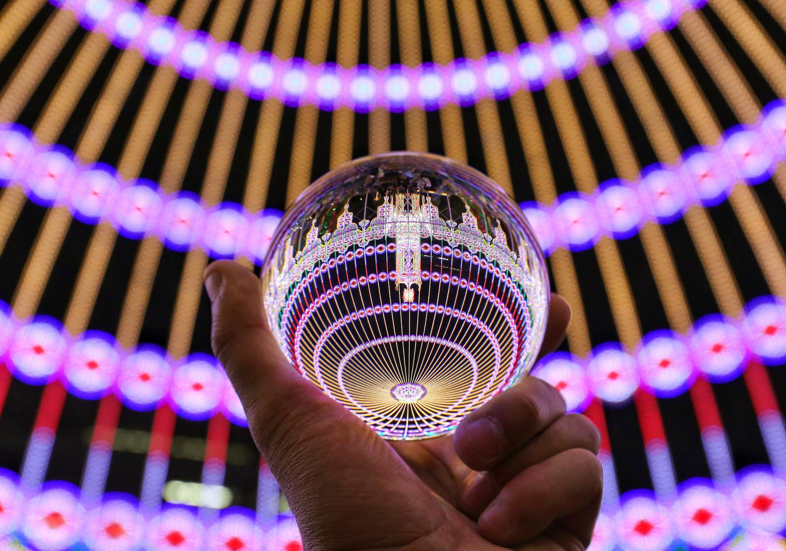 「ガラス玉に映り込むイルミネーションの輪」の写真
