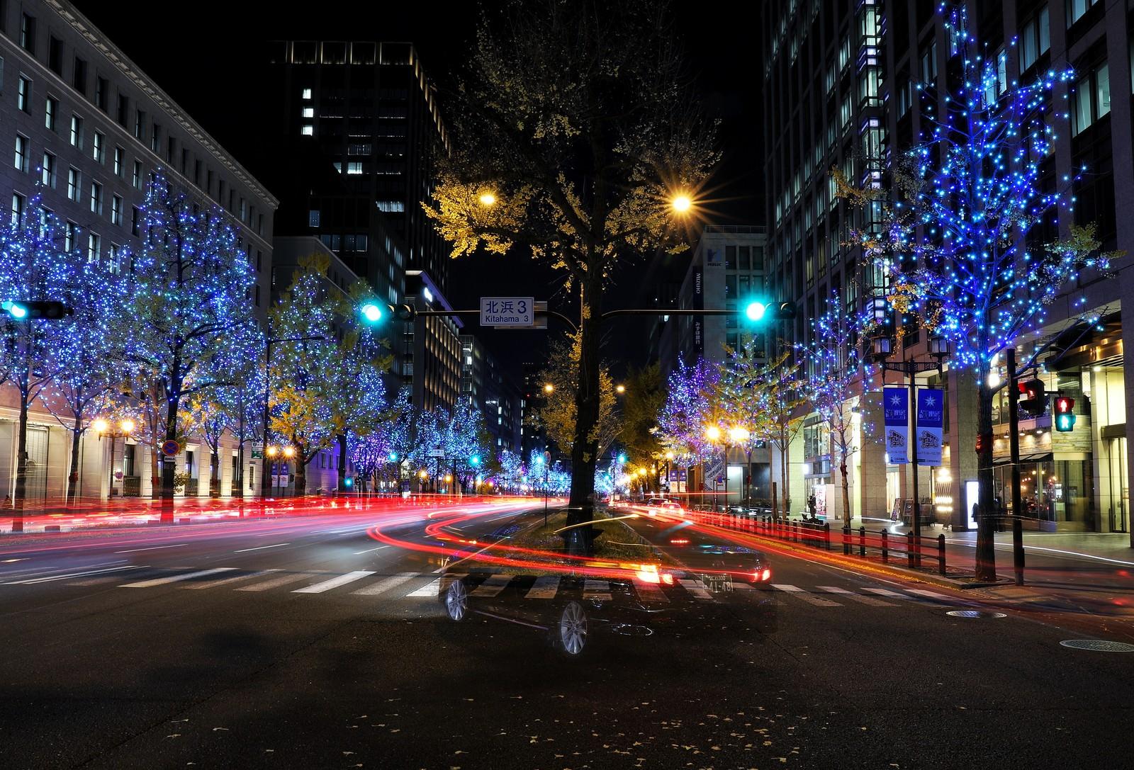 「街のイルミネーションと車の光跡」の写真