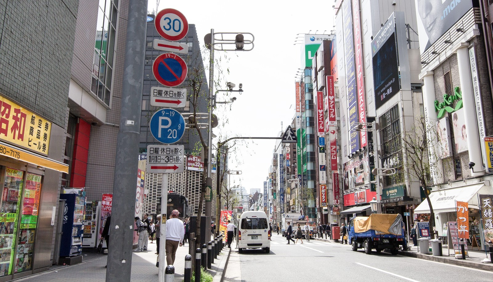 「新橋駅前の通り」の写真