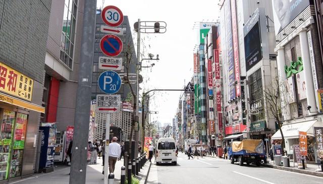 新橋駅前の通りの写真