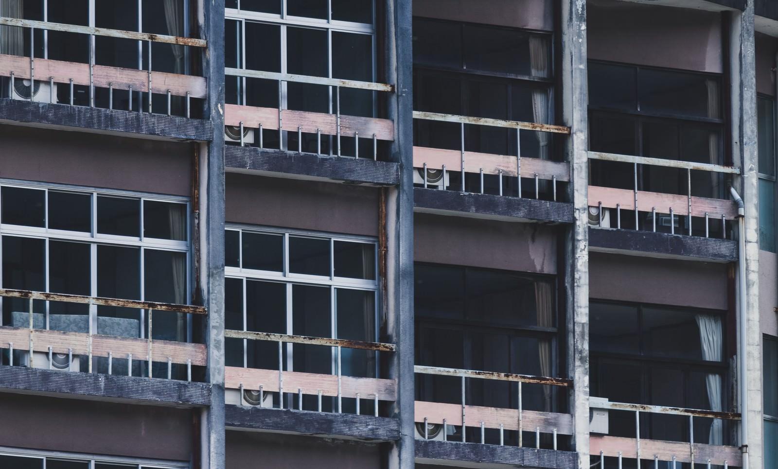 「潰れた旅館の客室外観 | 写真の無料素材・フリー素材 - ぱくたそ」の写真