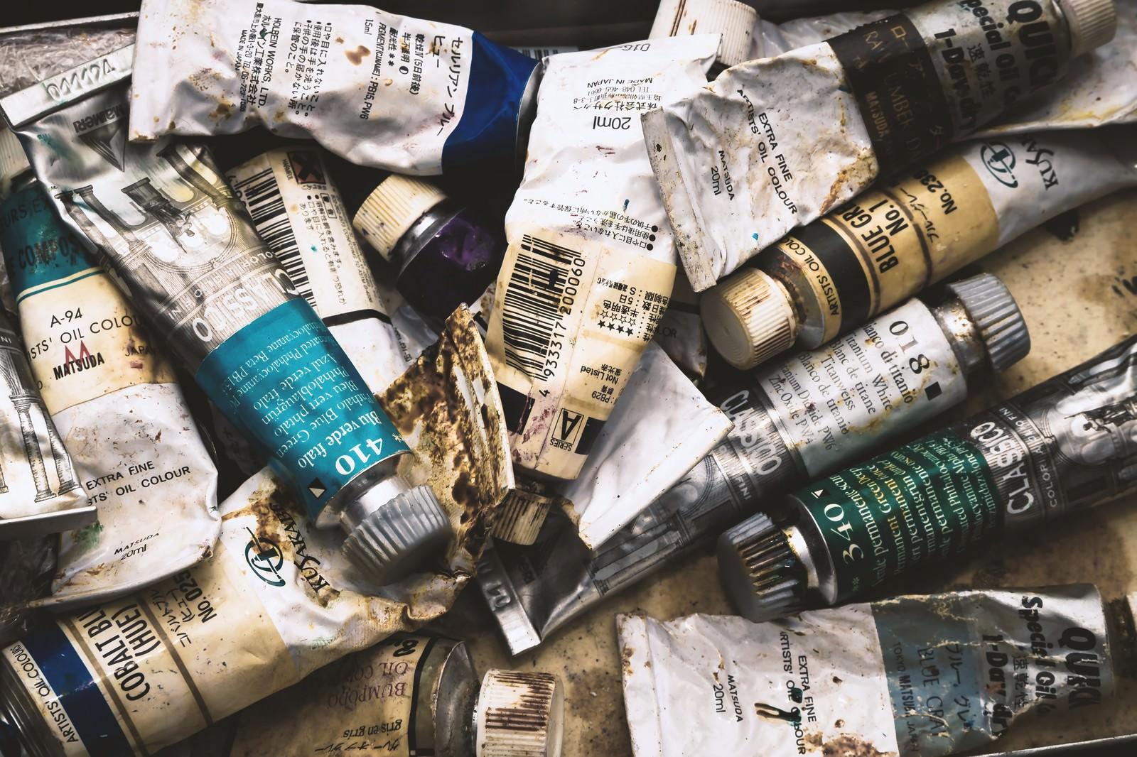 「使い込まれた油絵の具」の写真