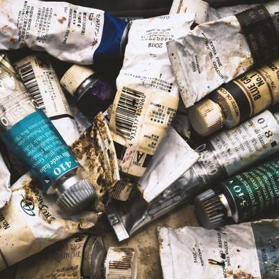 「使い込まれた油絵の具」の写真素材