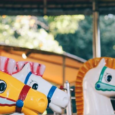 「廃園した可愛い馬のメリーゴーランド」の写真素材