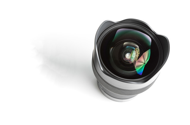 カメラレンズ14mm F1.4(11群16枚)に反射するアンブレラの写真