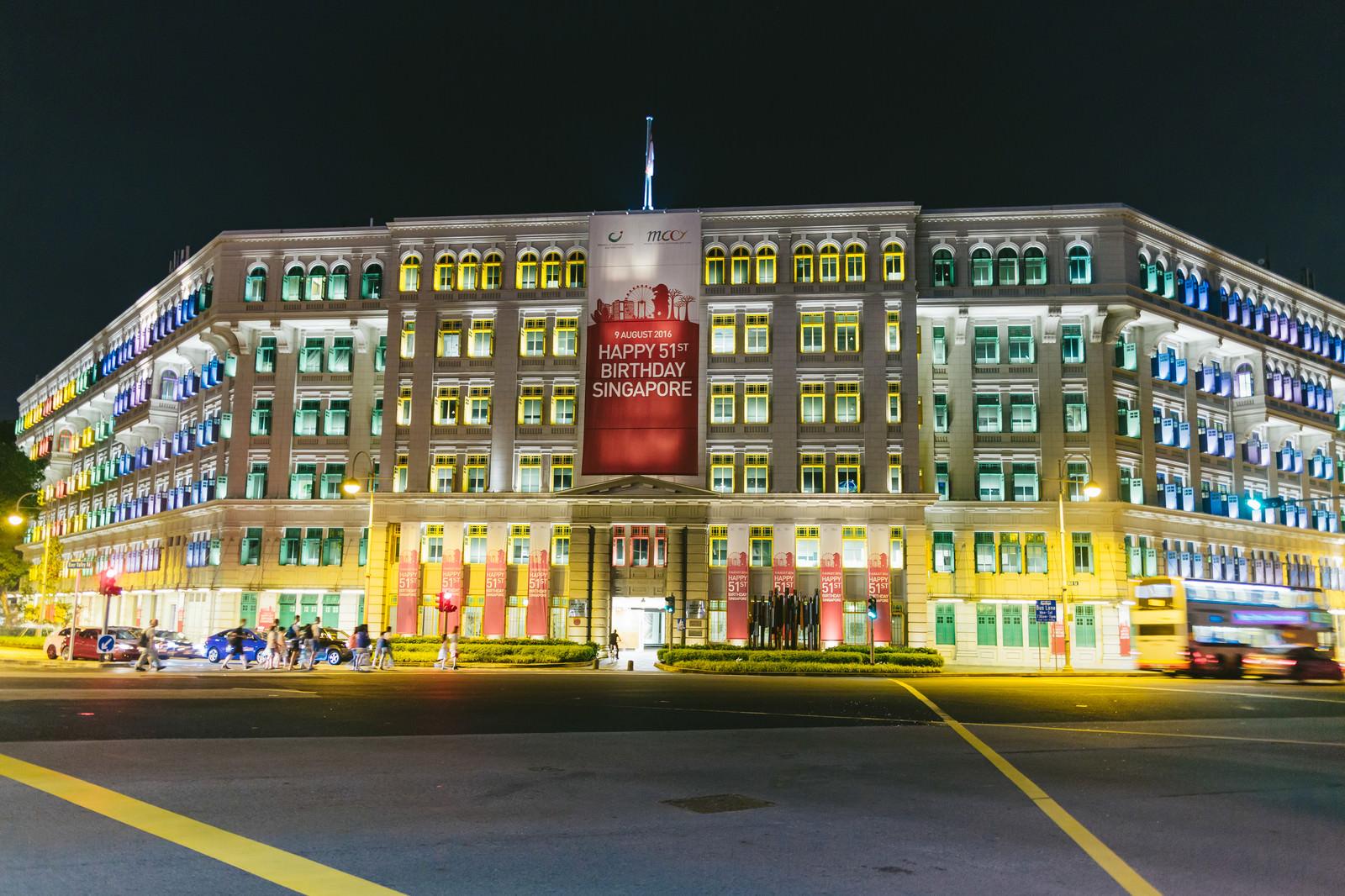 「シンガポールのカラフルなビル(ライトアップ)」の写真