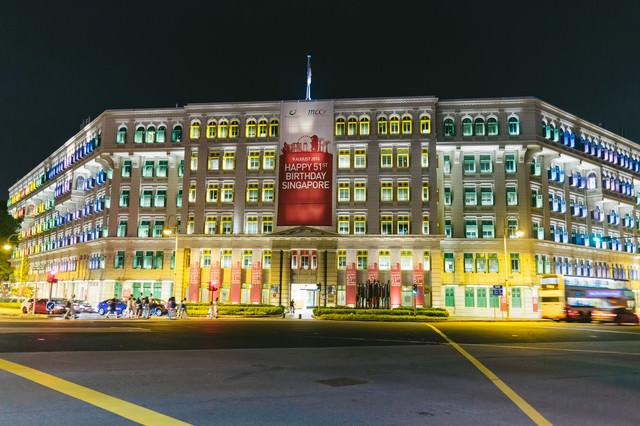 シンガポールのカラフルなビル(ライトアップ)の写真