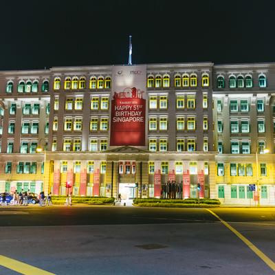 「シンガポールのカラフルなビル(ライトアップ)」の写真素材
