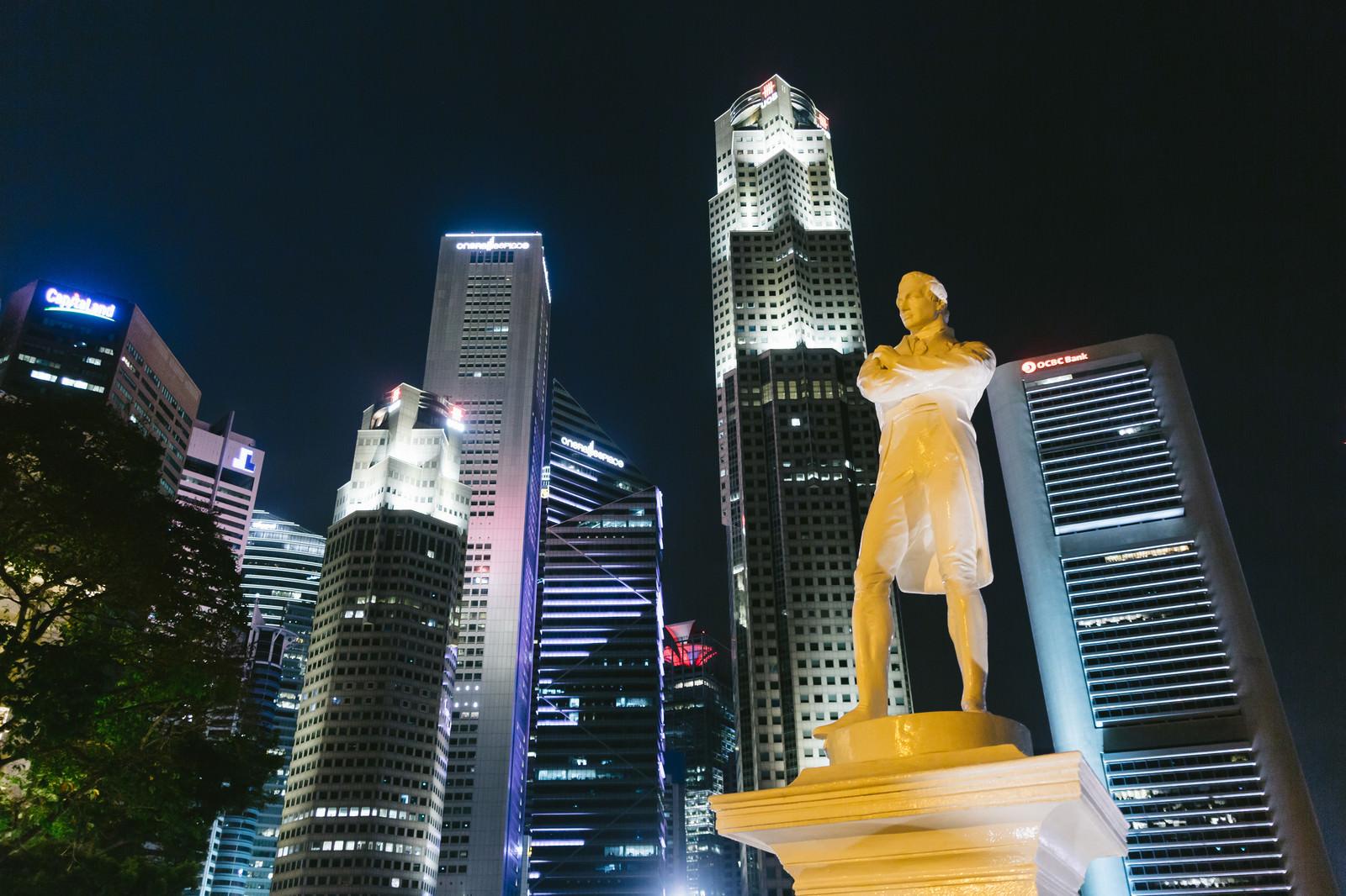「ラッフルズ像とビル群(夜景)ラッフルズ像とビル群(夜景)」のフリー写真素材を拡大