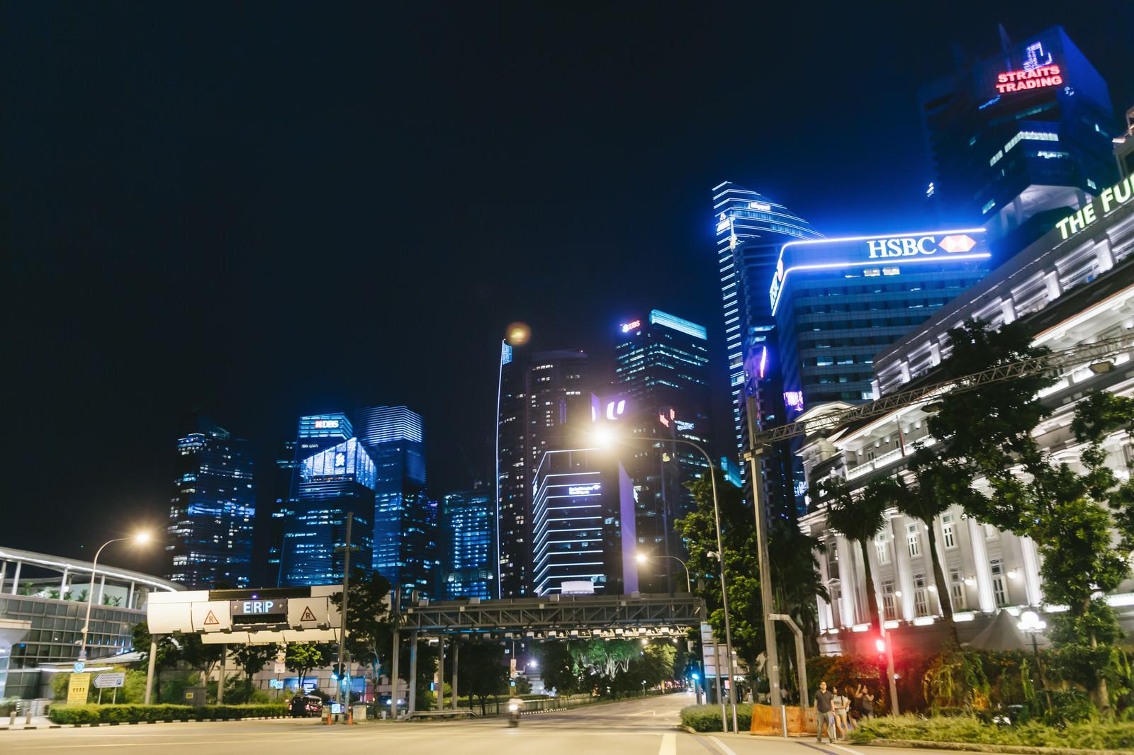 「シンガポールのマーライオン広場前の大通りとビル群(夜景)」の写真