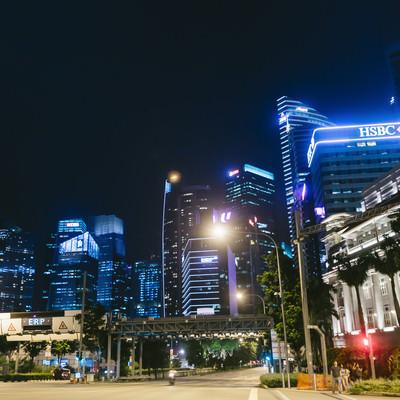 「シンガポールのマーライオン広場前の大通りとビル群(夜景)」の写真素材