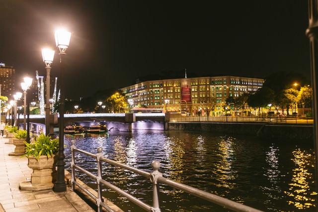 ライトアップされたシンガポールの観光地の写真