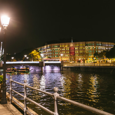 「ライトアップされたシンガポールの観光地」の写真素材