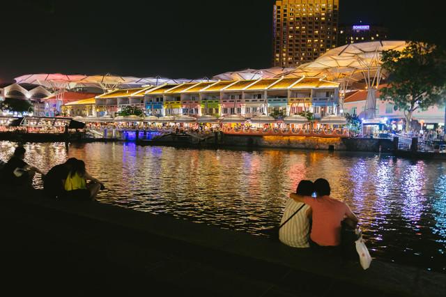 カラフルな店先とカップル(シンガポール)の写真